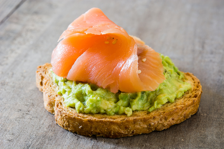 tosta aguacate y salmon